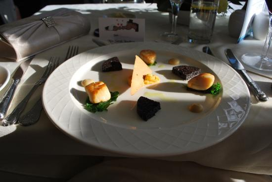 Arduaine, UK: Starter - scallops with black pudding - delicious.
