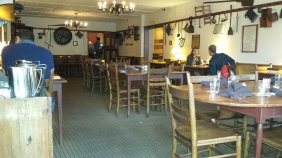 Λέμπανον, Οχάιο: A near-empty Shaker dining room at 7PM on a Friday evening