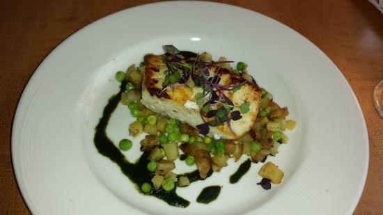 Λέμπανον, Οχάιο: Pan roasted halibut over peas and diced potatoes.