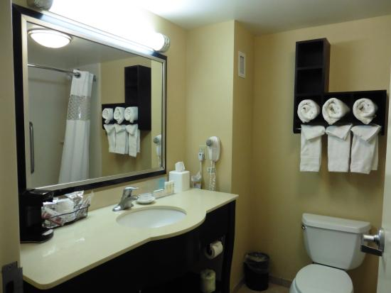Tamarac, FL: Clean bathroom