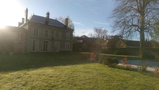 Lailly-en-Val, Francia: Vue du jardin sur la bâtisse du 19eme et petit déjeuner.....