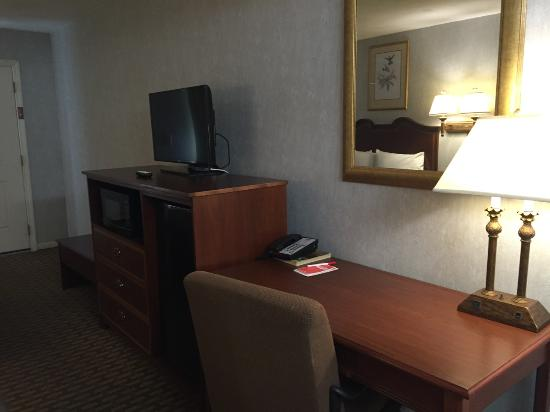 Econo Lodge Sturbridge: Desk & Chair, Flat screen TV