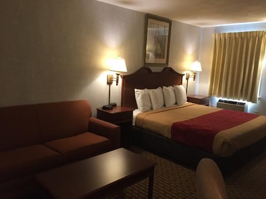 Econo Lodge Sturbridge: King bed with Sleeper sofa