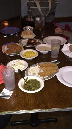Burleson, Teksas: Smoked chicken, fried chicken, and cat fish with all the trimmings!