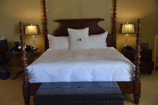 Crown Mansion Boutique Hotel & Villas: 4 post bed in King of Siam room
