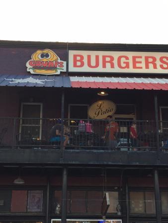 Burleson, Teksas: The outside of Grumps!!!