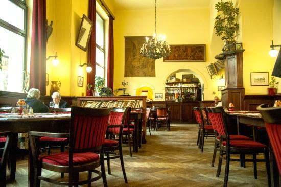 restaurant kiskakukk like a cosy home photo de kiskakukk etterem budapest tripadvisor. Black Bedroom Furniture Sets. Home Design Ideas