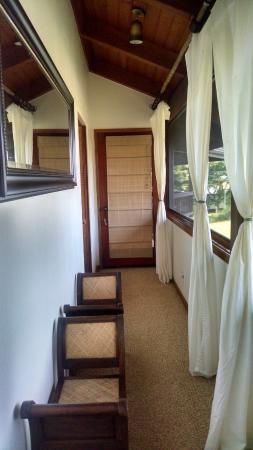Kealakekua Bay Bed & Breakfast: Ali'i room hallway/indoor balcony (screened)
