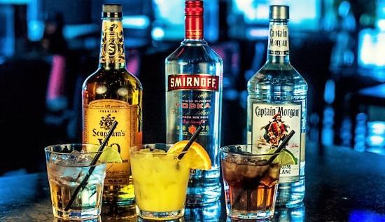 Aurora, Canadá: happy hour bar shots