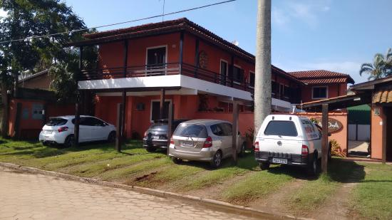 Pousada Bora Mora : Visão da entrada e vagas de estacionamentos monitoradas por câmeras.