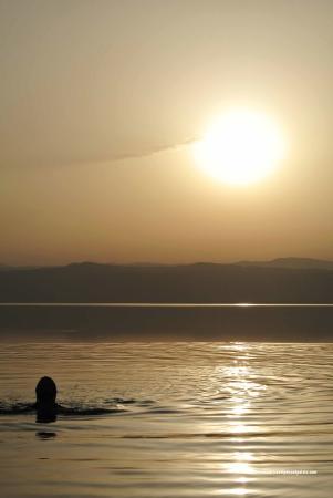 Kempinski Hotel Ishtar Dead Sea: Sunset over Dead Sea from hotel's infinity pool