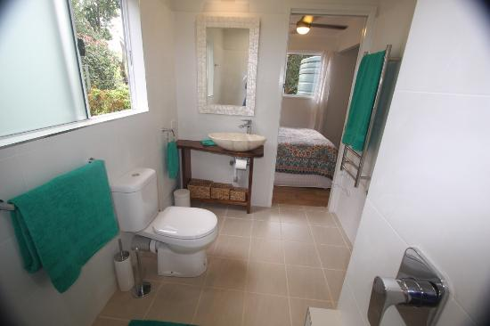The Maleny Lakehouse cottage has a very modern kitchen with seperate bedroom, ensuite and verand