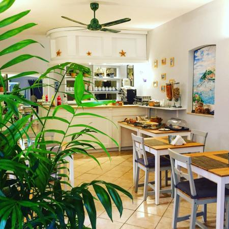 Albergo La Conchiglia: Sala colazione,reception,camera.