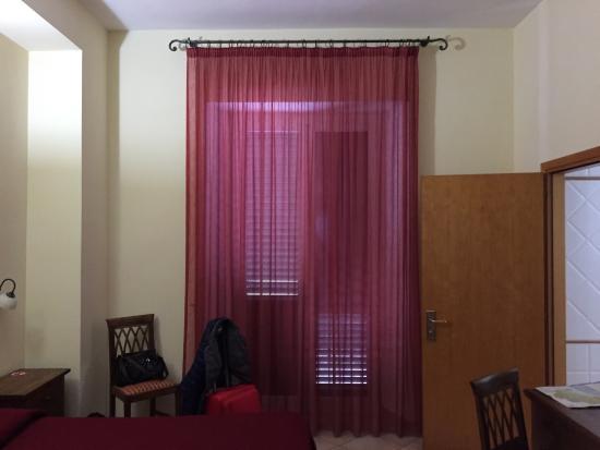 Hotel Rossi: Entrata hotel ed interno camera 1 piano.