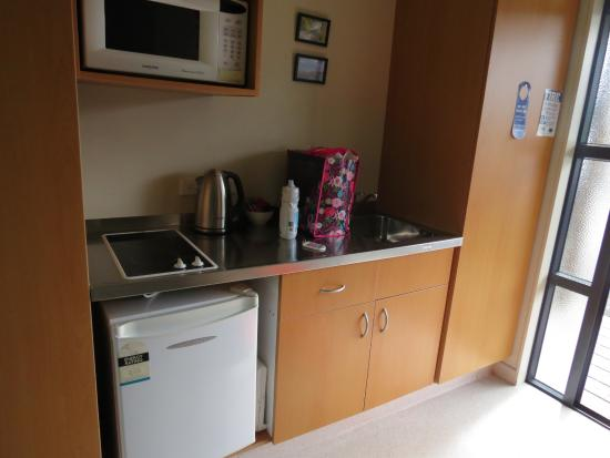Sunset Motel: Compact but very serviceable kitchen area