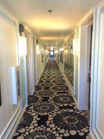 El Cortez Cabana Suites: crazy carpet patten in the hallway