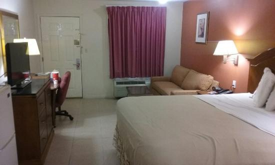 Econo Lodge Inn & Suites: 20160408_185950_large.jpg