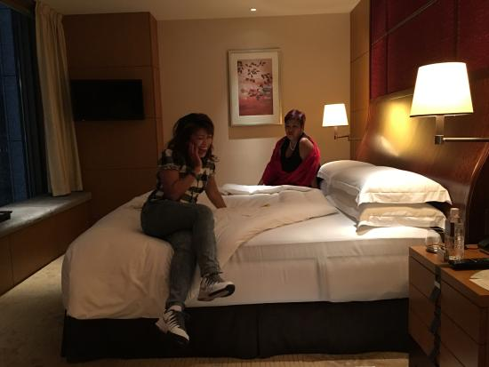 Shangri-La Hotel, Tokyo: Mimi & Irene's corner suite. Pity it reeked of cigarette smell. Hotel apologized - did their bes