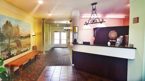 Guest House Inn Enumclaw: The front desk