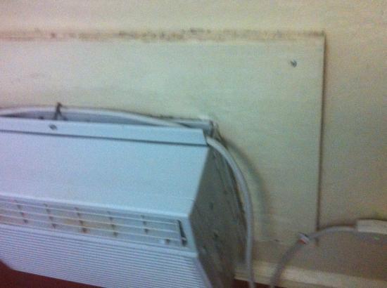 Hotel Iberia: Polvo acumulado. Oxido en el aire acondicionado.
