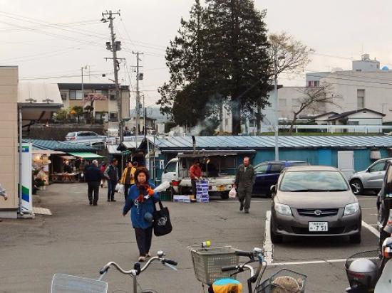 Morioka, Japan: 駐車場から市場の入り口方向