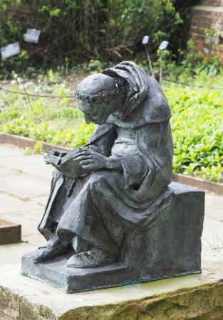 Arlington, UK: Reading in the herb garden