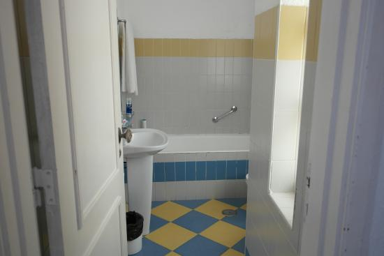Monica Isabel Beach Club: a sink, bath/shower,