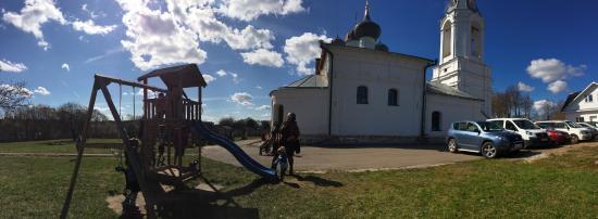 Bityagovo, Russia: Вид с обратной стороны храма где находится кладбище и детская площадка,а снизу река и родник.