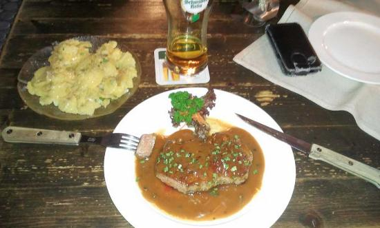 Bad Wimpfen, Germania: Rumpsteak mit Pfeffersoße und schwäbischen Kartoffelsalat
