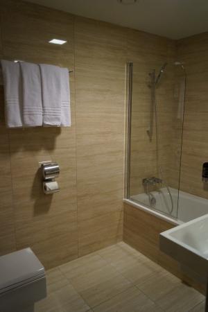 Badkamer met bad en vloerverwarming - Foto van Grandior Hotel Prague ...