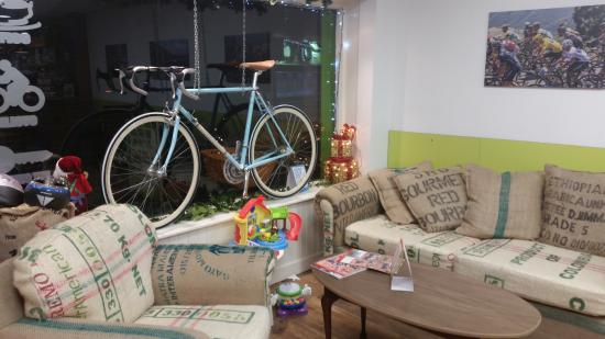 Ardee, Irlanda: Note the sofa and armchair. Re-covered with coffee bean sacks!