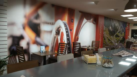 Ardee, Irlanda: The cyclist-themed wall as you enter the café; bikes can be stored against it.