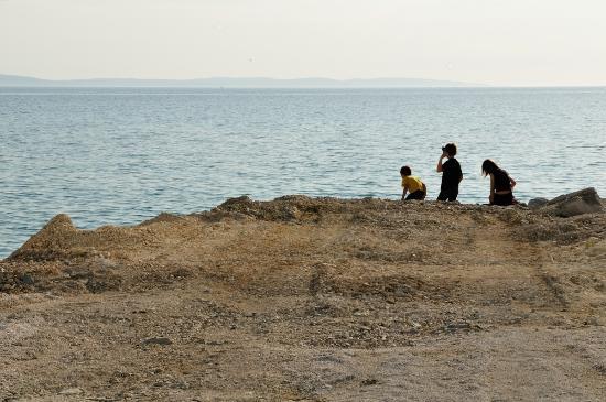Podstrana, Kroatia: Espace plage au pied de l'hôtel