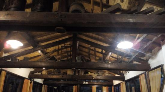 Trattoria Nestin: copertura originale in legno a vista e capriate