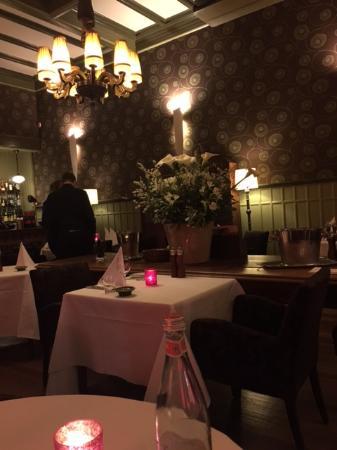 """Ijmuiden, Países Bajos: Jeden Augenblick könnte Kommissar Maigret hereinkommen: Restaurant im Hotel """"Augusta"""""""