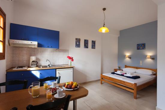Flisvos Rooms: family room