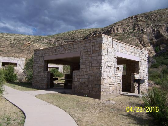 Sitting Bull Falls: Covered picnic tables