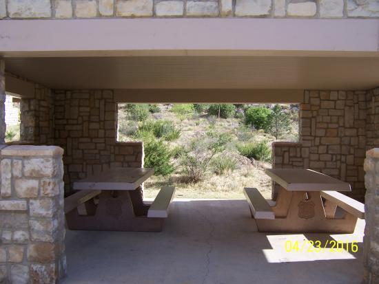 Sitting Bull Falls: Coveredd picnic tables