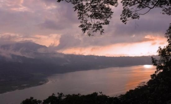 Danau Buyan ... Bedugul Bali  ... Senja hari ....