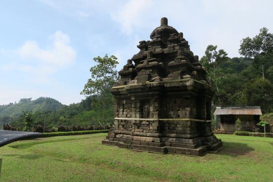 Selogriyo Temple: The termple was in ruins after a 1998 landslide, repaired in 2005