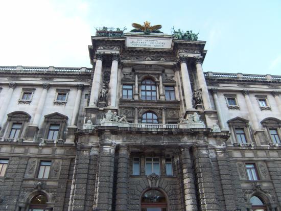 """Historisches Zentrum von Wien: Neue Burg """"His Aedibus Adhaeret Concors Populorum Amor"""" : """"In this"""