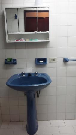 Hosteria El Condado: Baño antiguo pero funcional