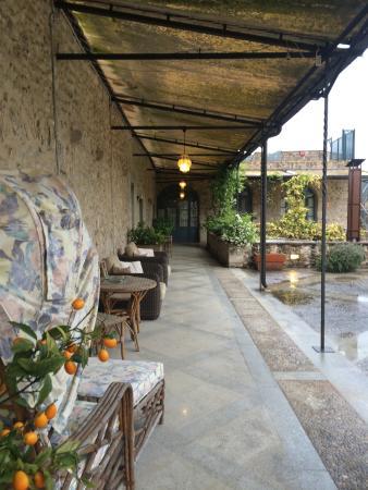 Sant Llorenc de la Muga, Spania: Patio interior, acceso a las habitaciones
