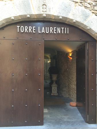 Sant Llorenc de la Muga, Spania: Entrada del Hotel, por interior del pueblo.