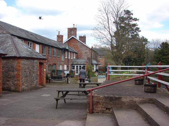 Uffculme, UK: Old cottages at the entrance to the Mill