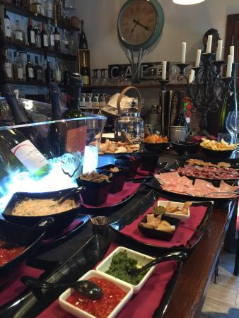 La Casa del Vino: Il locale è aperto e, se siete di passaggio, fermatevi!!! Buon vino e ottimo buffet!!