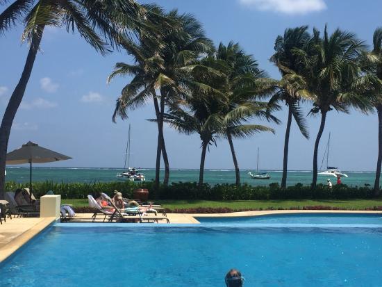 The Phoenix Resort: relaxing poolside