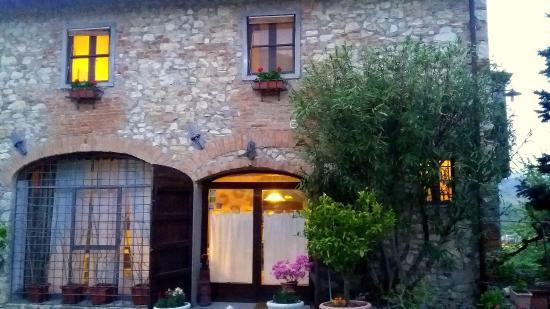 Rignano sull'Arno, إيطاليا: Il casale all'imbrunire