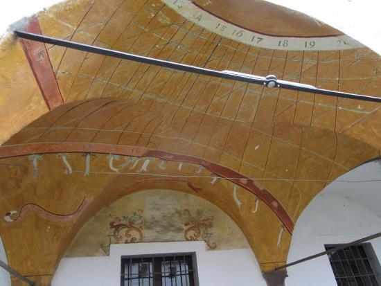 Piancogno, Italie : meridiana catottrica  nel chiostro