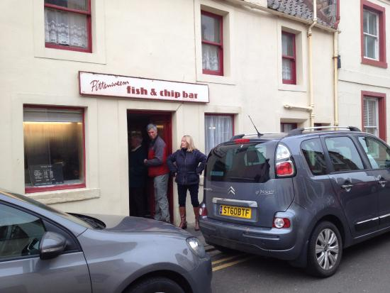 Pittenweem Fish and Chip Bar: Sandie singing for her supper!